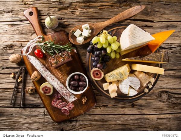 Antipasti: Salame, Prosciutto, Oliven, Kräuter und Wein
