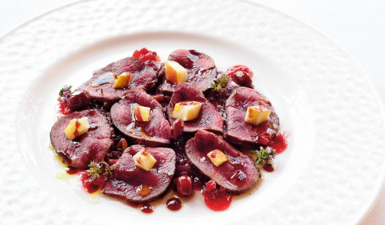 Rezept: Rosa gebratene Scheiben vom Rehnüsschen auf süßsauren roten Zwiebeln