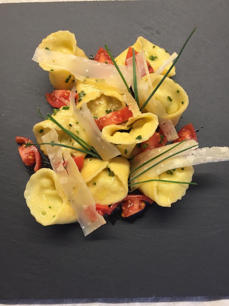 Rezept: Gebackene Alm Käse Pralinen mit frischem Spargelragout