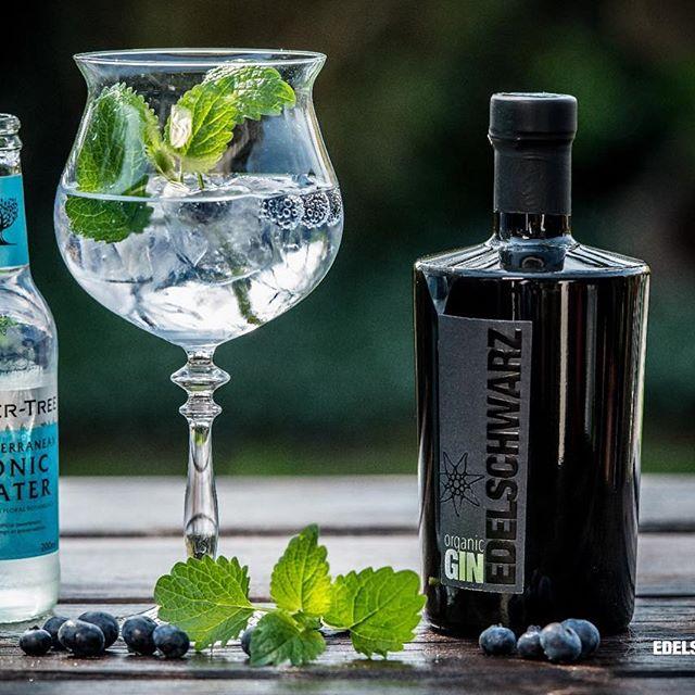 Edelschwarz: Der Gin von der Gompn Alm