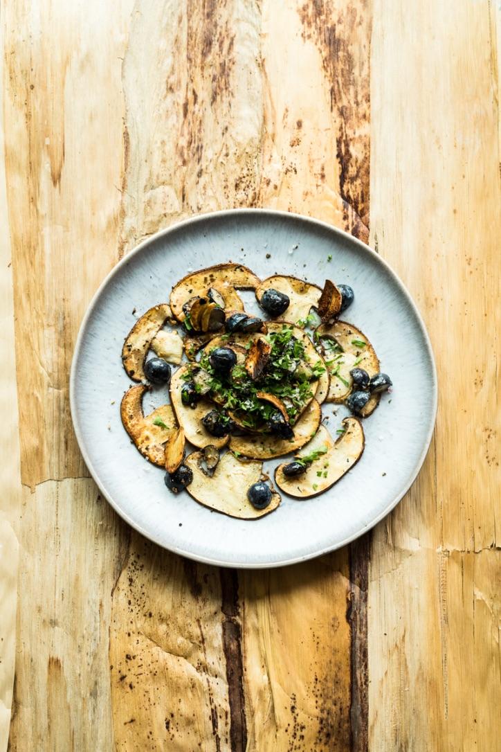 Rezept: Pilz Carpaccio mit Knoblauch, Petersilie und Heidelbeeren