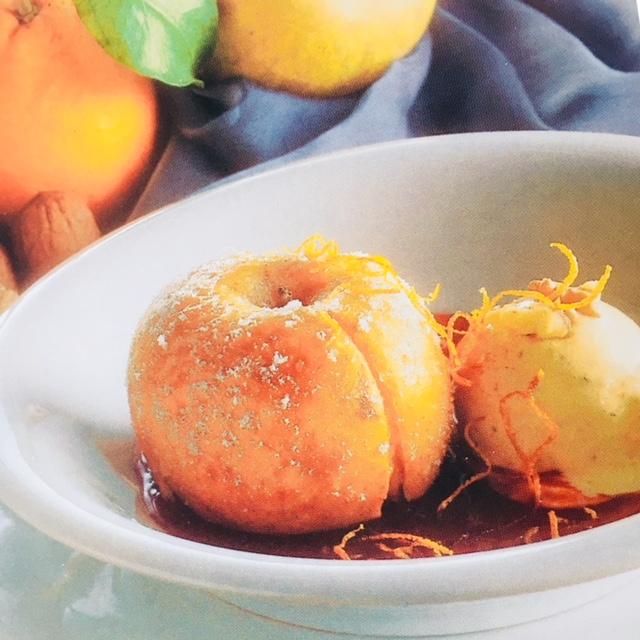 Rezept: Bratapfel auf Orangensauce mit Nusseis