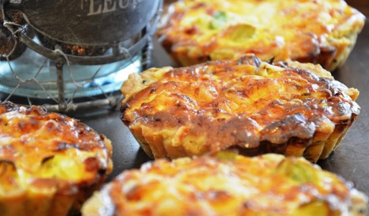 Rezept: Graukäse-Lauchtörtchen auf geschmolzenen Tomaten mit Wiesenkräuter