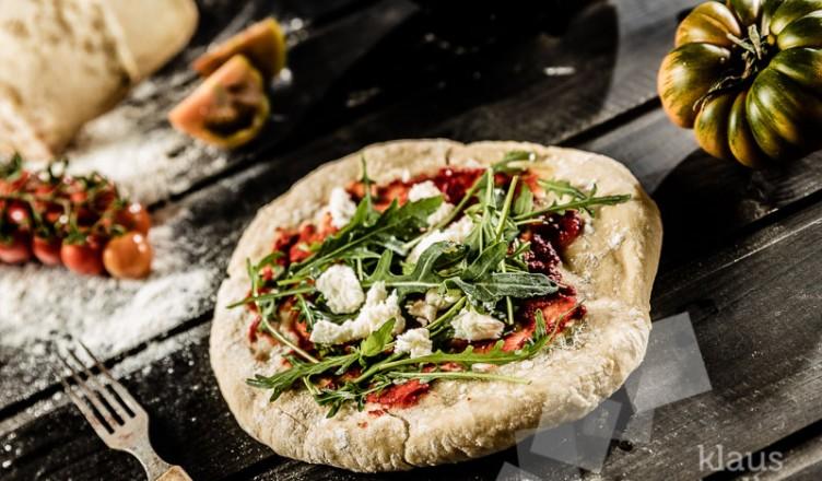 Rezept: Pizza mit Büffelmozzarella, Tomaten und Basilikum